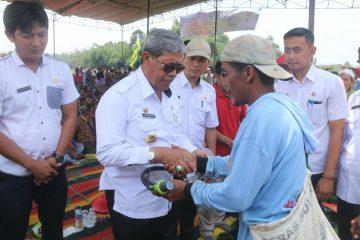 Bupati Lampung Tengah Berikan Bantuan Kepada Kelompok Tani