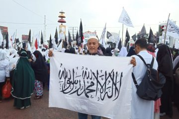 Ratusan Umat Islam Lakukan Aksi Damai Bela Kalimat Tauhid Di Tugu Adipura