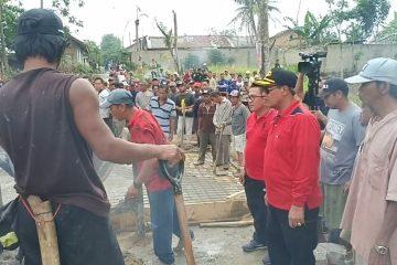 Dengan Gotongroyong Bupati Lampung Tengah Bangun Jembatan Penghubung Yukumjaya