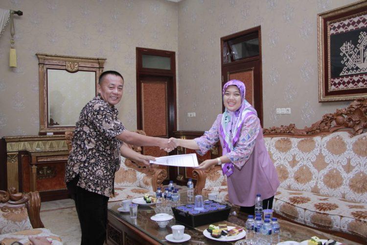 Nunik Serahkan Petikan Keppres No 49/P Tahun 2019 kepada Ketua DPRD Lampung Timur