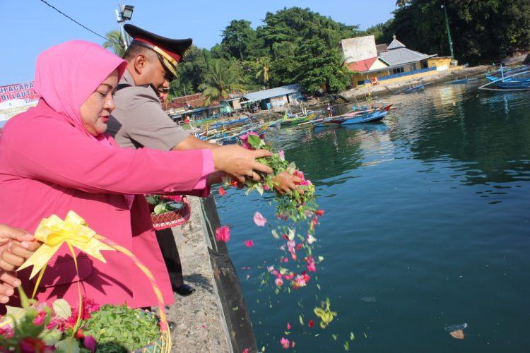 HUT ke-73 Bhayangkara, Polres Lambar Gelar Upacara Tabur Bunga di Dermaga