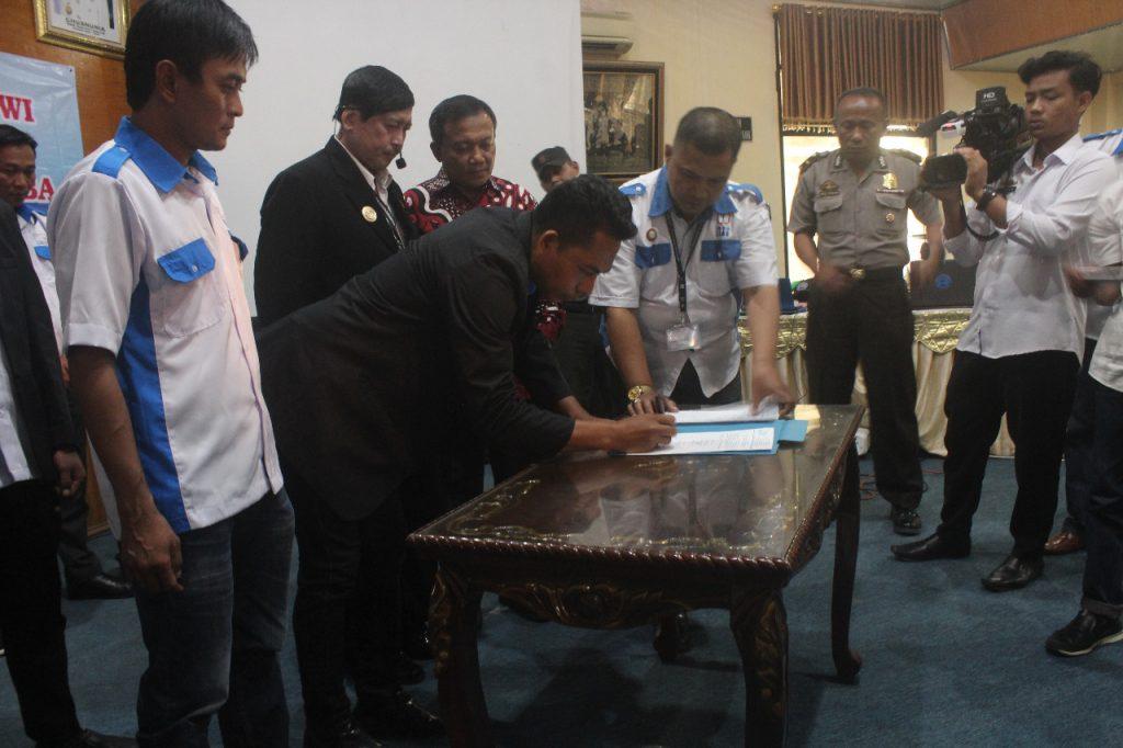 Hasil gambar untuk Brigjen Pol Dr. Victor Pudjiadi, SpB, FICS, DFM Resmikan DPC PPWI Lampung Timur
