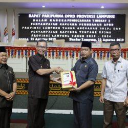 Sekdaprov Menyerahkan Dua Dokumen Raperda kepada Ketua DPRD