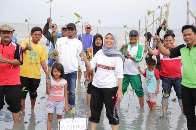 Cegah Abrasi Pesisir Pantai, Wagub Chusnunia Lakukan Penanaman Mangrove di Pantai Mutiara Lampung Timur